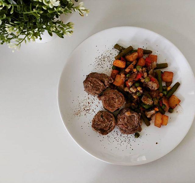 """Quando qualcosa non è proprio ciò che vi viene detto... Oggi mangio spiedini di bovino con rucola della fantastica @santantonio_macelleria . E fin qui tutto bene! Come accompagnamento un """"mix di verdure speziate"""" che in realtà contiene anche patate fritte, piselli e mais. Nessun problema per me che sono in quarta fase, ma buttate sempre un occhio agli ingredienti prima di acquistare """"verdure""""!😉😘 #dukan #diet #dieta #quartafase #verdure ma non solo #carne #bovino #macelleria #bresciafood #castelcovati #brescia #light #benessere #wayoflife #informa #chef #cheflife #cucinaproteica #cucinadulight"""