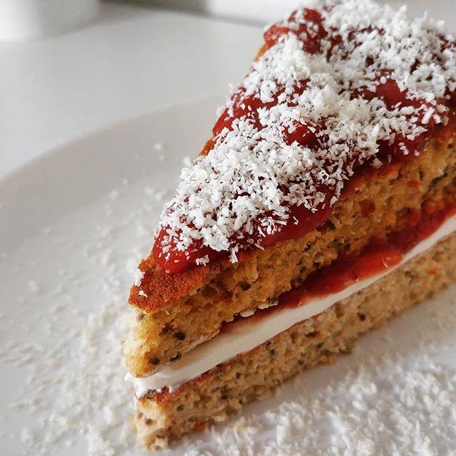 Il pancake, arrampicatore sociale, ha deciso di ergersi a TORTA MULTISTRATO!😜 Preparato per pancake (Tibiona, sezione dieta dukan-preparati dulight) con crema di Philadelphia Active, marmellata homemade di fragole e spolverata di cocco! #cake #pancake #patisserie #pastry #pastrychef #preparati #tibiona #cibosano #jam #strawberries #philadelphia #cocco #coconut #benessere #lightfood #bresciafood #dukan #diet #dieta #informa #fitness #chef #cheflife #cucinaproteica #cucinadulight