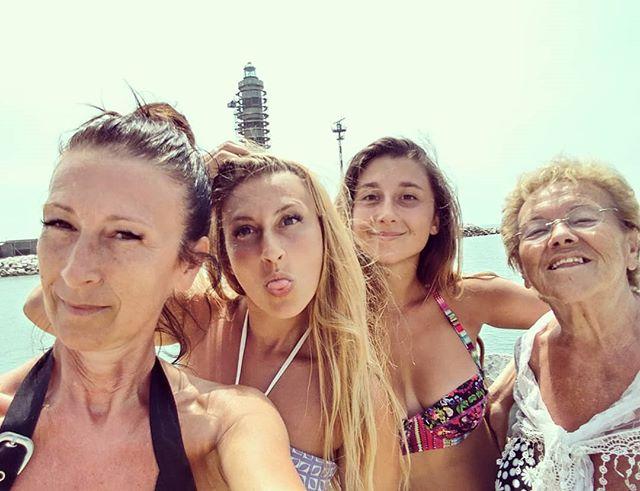 03/07/2018, ore 13:30.Spedizione Faro. Giovane, Bionda, Vecchia e Vecchissima partono all'avventura, non considerando: 1. Il caldo 2. La distanza 3. L'orario 4. La prestanza fisica Foto fatte prima dell'ustionata del ritorno. #fitness #jesolo #faro #scottatura #walking #camminata #mare #spiaggia #beach #bagnasciuga #girls #family #girlspower #matriarca #fitmum #sport #bbg #bbgitalia #dukan #diet #informa #movimento #cucinaproteica #cucinadulight