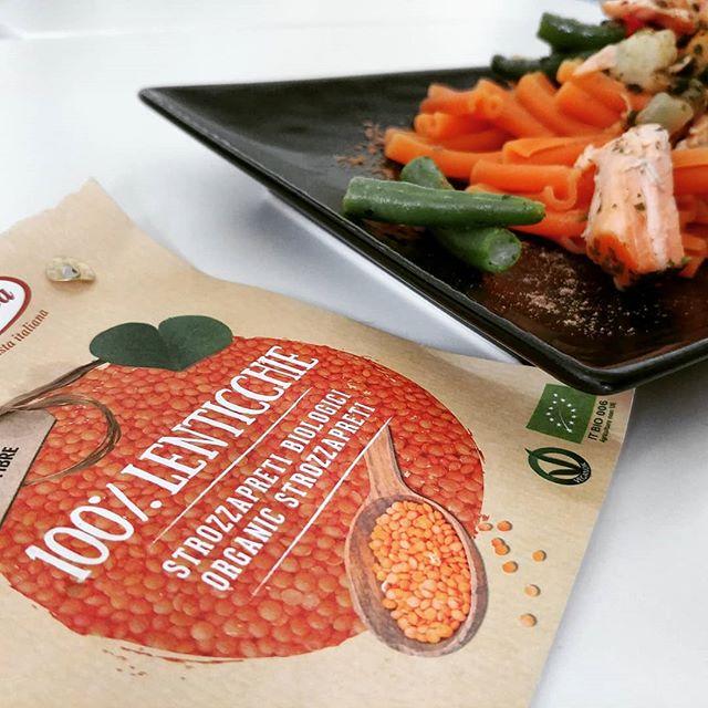 Pranzo al volo: strozzapreti biologici di lenticchie con salmone al naturale, verdure e legumi. #pasta #bio #vegan #lenticchie #strozzapreti #dukan #diet #quartafase #amidaceo #fitness #fitfood #bbg #bbgitalia #benessere #cibosano #wellness #easyfood #chef #cheflife #ddi #dietadukanitalia #cucinaproteica #cucinadulight