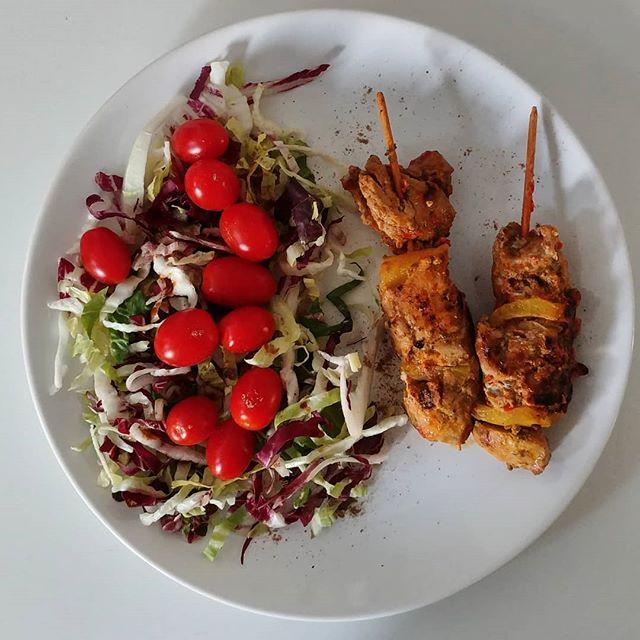 Spiedini di carne con peperoni, cubetti di cotto 5% scottati e insalata mista condita con salsa di soia. Cene d'estate! #dinner #spiedini #carne #insalata #pomodori #dukan #diet #dieta #fitness #ddi #dietadukanitalia #cibosano #benessere #wellness #protein #fitmum #chef #summer #sun #joy #cucinaproteica #cucinadulight