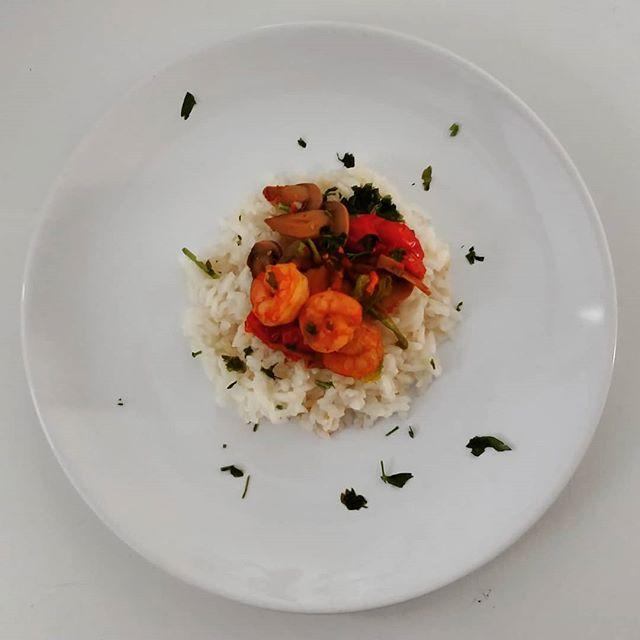 Risotto Fantasy! 🐙50 gr di riso bianco 🐙Mazzancolle 🐙Funghi champignons 🐙Pomodori pachino 🐙Fiori di zucca 🐙Salsa di soia 🐙Prezzemolo #rice #riso #white #mazzancolle #funghi #champignons #dukan #diet #dieta #dietadukanitalia #ddi #quartafase #amidaceo #verdure #cibosano #fitness #lightfood #light #fitfood #bbg #bbgitalia #dinner #summer #summerfood #benessere #wellness #chef #cheflife #cucinaproteica #cucinadulight