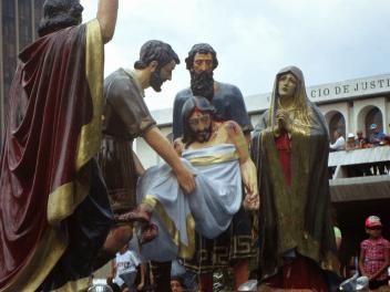 Uno de los pasos del cortejo de Santo Entierro de El Calvario.