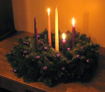 Corona de Adviento para el tercer domingo. Foto: www.formacionpastoralparalaicos.blogspot.com