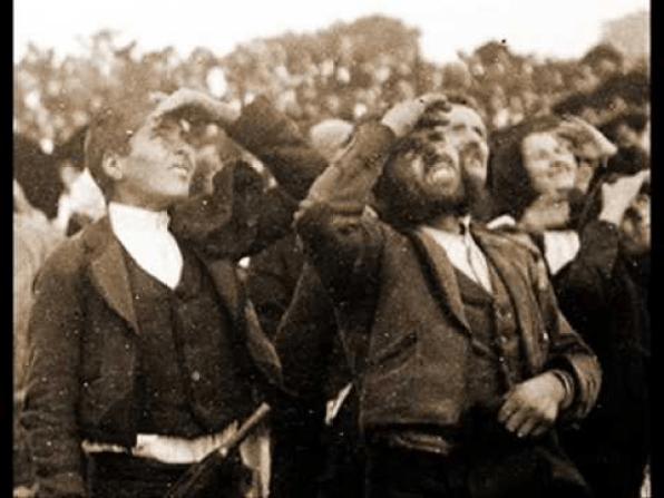Portugueses viendo el Baile del Sol en la 6 aparicion de la virgen de fatima