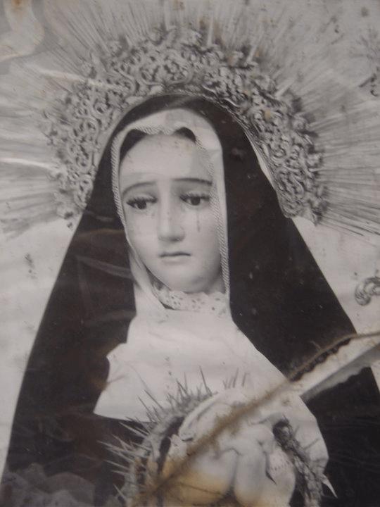 Antigua fotografía de la Virgen de Soledad en la que luce un resplandor de plata de ley distinto.