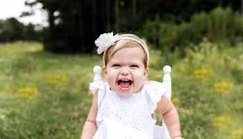 ဝုန်းဒိုင်းကြဲနေတဲ့ (tantrum child) ကလေးကို ဘယ်လိုထိန်းရမလဲ