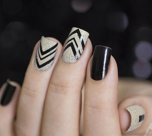 Elegant Looking Winter Nail Art In Black And White Polish