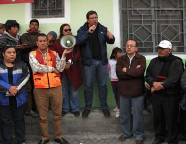 Security Minister Navas talking to residents near Cotopaxi on Sunday.