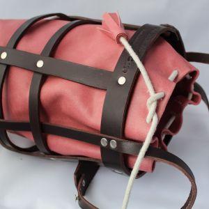 bolso tipo cesta en rosa y chocolate