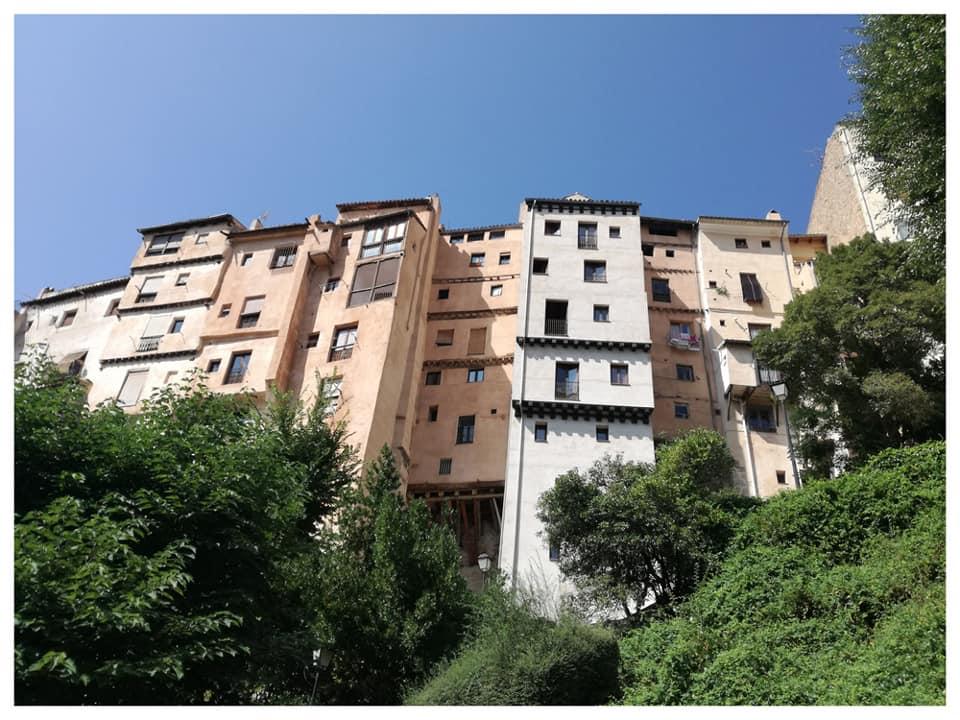 Vista de los rascacielos de Cuenca. Me impresionaron porque 4 o 5 alturas están al nivel calle y el resto, hacia abajo, construídas sobre la roca