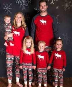 ropa para las fiestas. Familia conjuntada con pijamas de reno