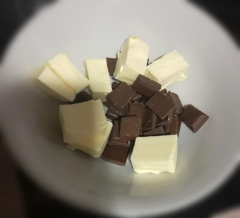 bombones de chocolate, poner a derretir el chocolate y la manteauilla al baño maría