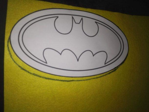 Disfrazarnos de Batman. Buscamos una plantilla del logo de Batman para pasarlo al fieltro amarillo y negro