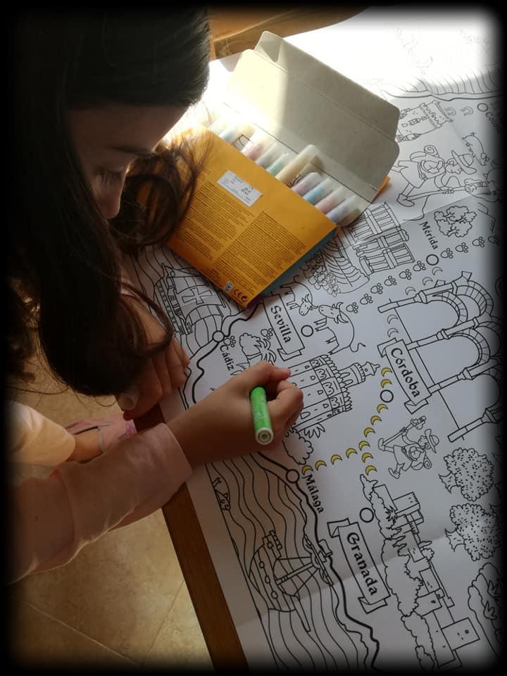 Mi pequeña concentrada pintando su mapa