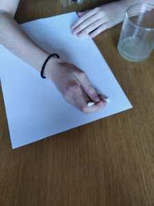 Ayudados de un bastoncillo escribimos el mensaje con el zumo de limón y agua