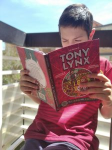 Mi mayor enfrascado en la lectura de Los diarios de Tony Lynx