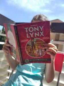 Mi pequeña leyendo con muchas ganas las aventuras de Tony Lynx