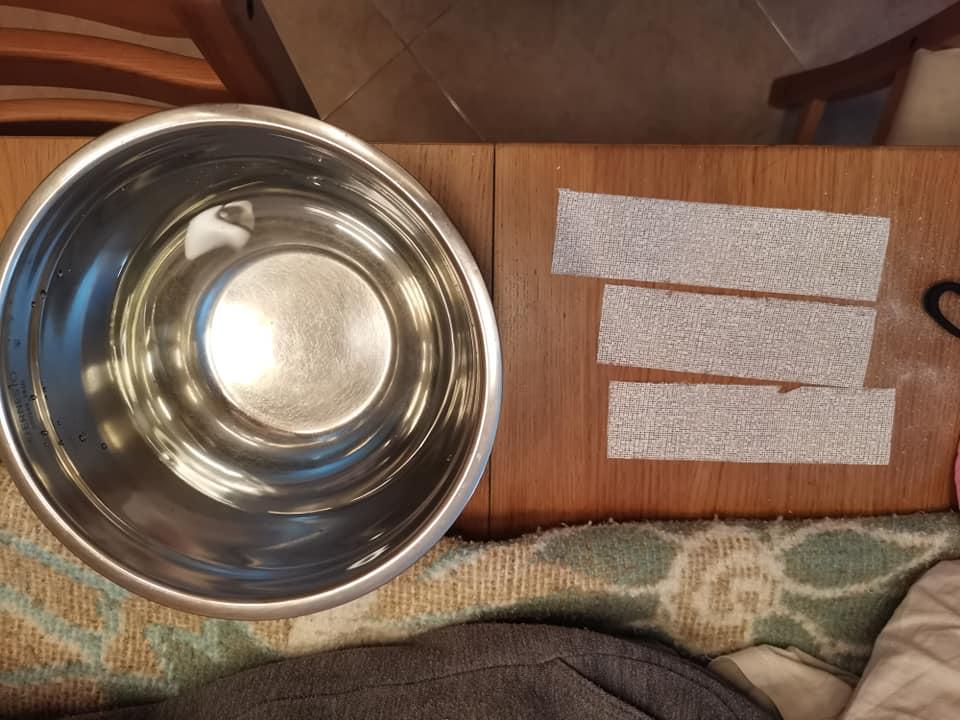 Cortar en tiras la venda de escayola y coger agua tibia