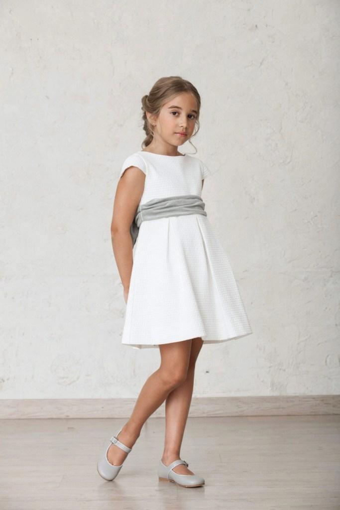 Sencillo pero elegante vestido blanco para cualquier ocasión. Reutilizar los vestidos para más de una celebración es la mejor opción