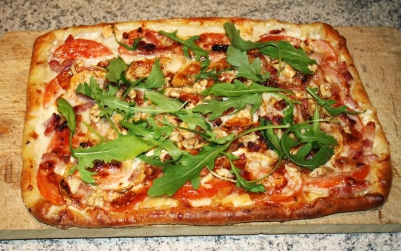 Pizza au Chèvre, miel et noix
