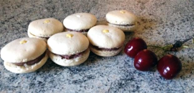 macarons cerise chocolat blanc 1 - On a testé : Le kit pour macarons Lékué