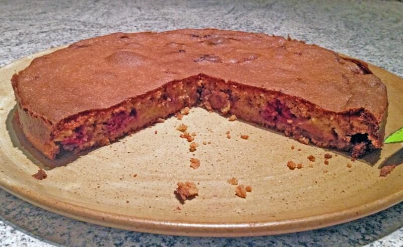 Gâteau crousti-fondant aux pêches et aux framboises