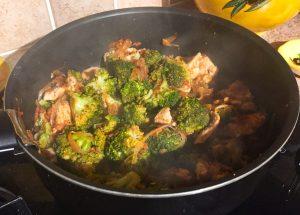 IMG 1303 - Poêlée de brocolis, poulet, tomates, oignon rouge