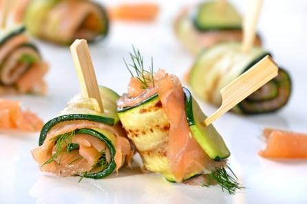 Gebratene Zucchini-Lachs-Rllchen mit frischem Dill