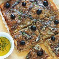 Pissaladière recette niçoise (oignons, anchois, olives)