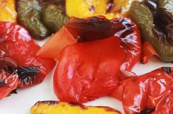 Griller ou rôtir des poivrons au four, c'est tellement facile! Ces poivrons vous serviront de base pour de nombreuses recettes, particulièrement pour une entrée ou un repas rapide, un apéro dînatoire, un tapas, pique-nique...