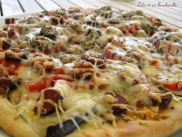 Pizza à l'aubergine, tomates & merguez