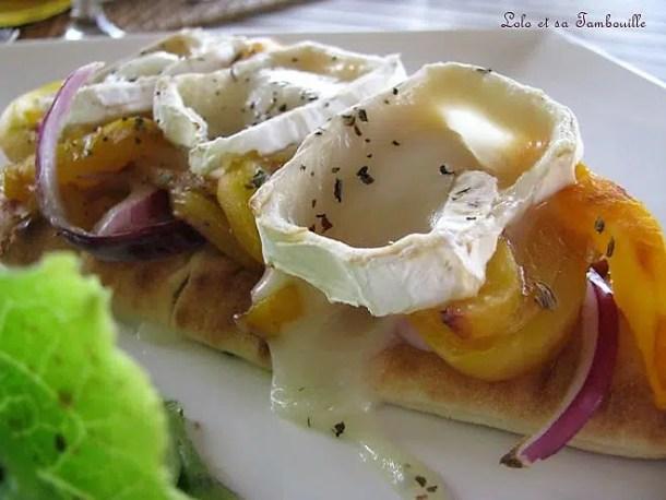 Naans en tartines au chèvre, poivron jaune & oignon rouge