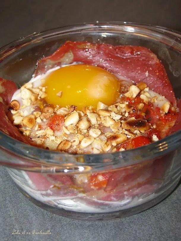 Oeufs en nid de coppa sur lit de tomate & poivron