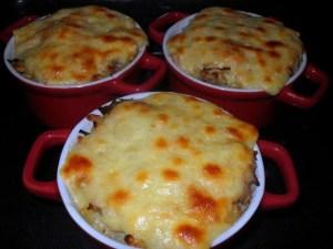 gratin de perles aux poireaux, thon et fromage raclette agnés réalisé avec des coquillettes