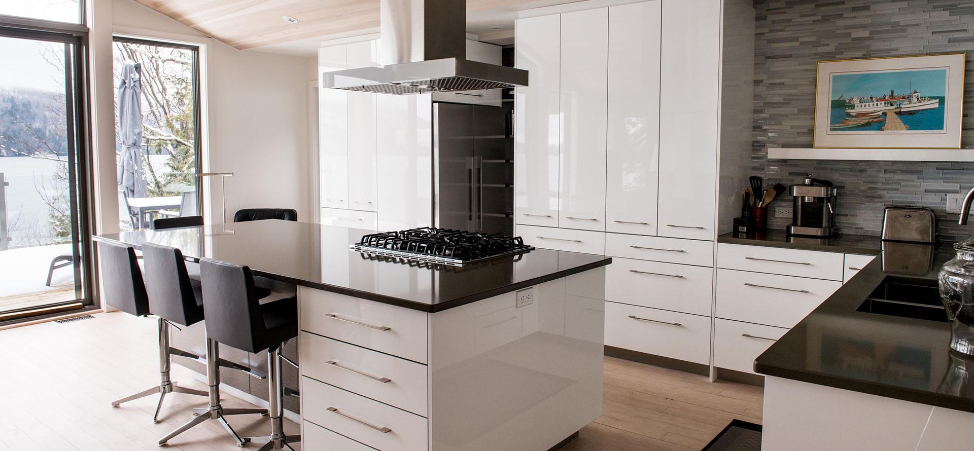 style moderne avec fini lustre blanc a north hatley