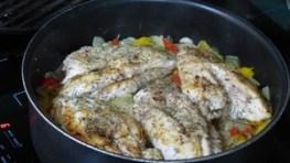 Filets de poulet sur lit d'oignons et de poivrons (2)