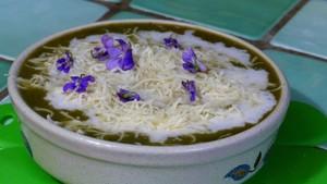 Soupe printanière aux herbes sauvages