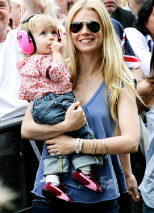 Apple and Gwyneth take in a Coldplay show