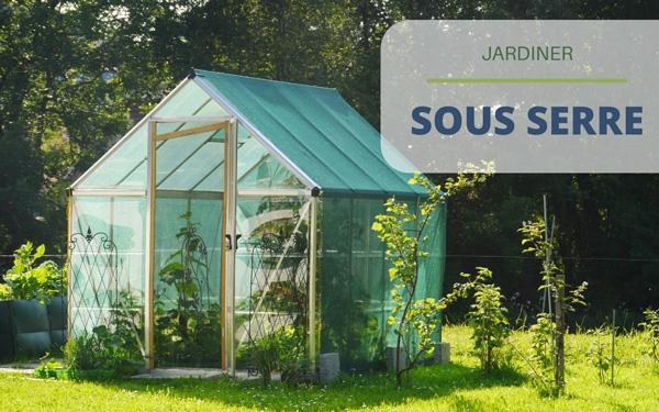 Jardiner sous une serre