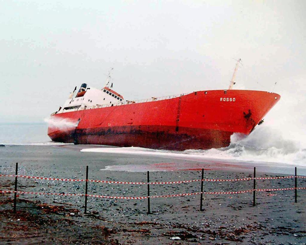 La nave Jolly Rosso arenata sulla spiaggia di Amantea in provincia di Cosenza nel 1994 . ANSA/ FRANCESCO ARENA