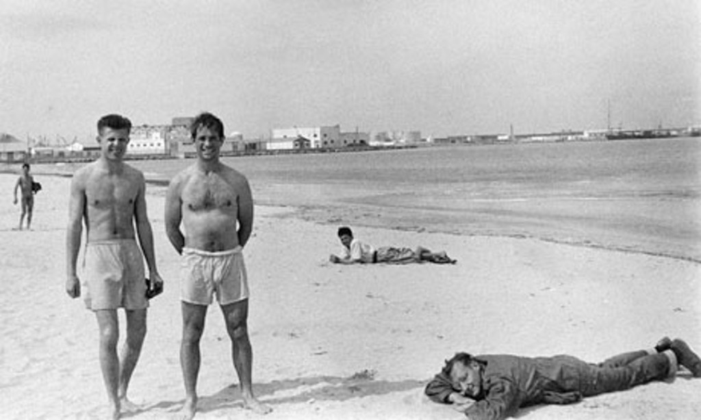 Peter Orlovsky, Jack Kerouac e William Burroughs a Tangeri nel 1957. © Allen Ginsberg, Courtesy of Fahey/ Klei Gallery, Los Angeles.