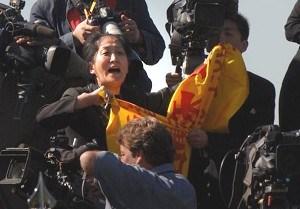 Falun Gong adherent and Global Times faux-journalist Wang Wenyi accosts Hu Jintao in the White House Rose Garden, 2007
