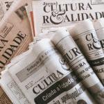 Vários jornais dobrados antigos do Cultura e Realidade