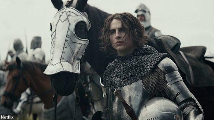 Timothée Chalamet dá vida ao príncipe herdeiro Hal, que após a morte de seu pai, é condecorado como o rei Henrique V.