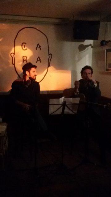 Raúl Parra y Santy Pérez durante el recital «Versos nómadas, canciones desnudas» en Barcelona. Fuente propia.