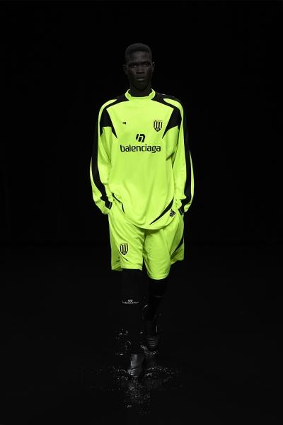 il modello è uno studente di storia, indossa un completo da calcio. tutto Balenciaga.