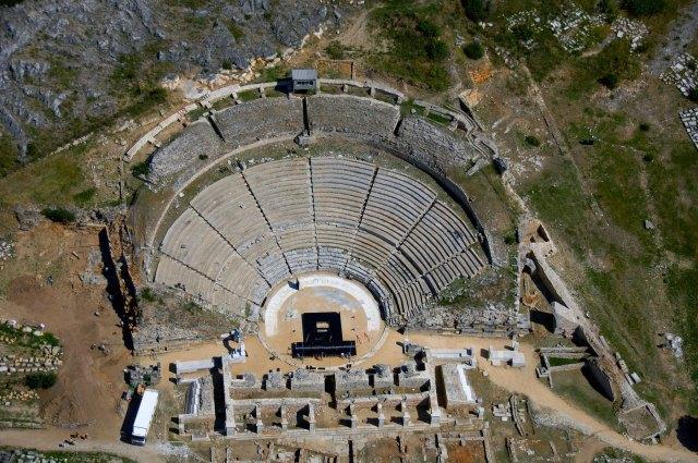 «ΑΝΑΜΕΣΑ ΣΤΑ ΕΡΕΙΠΙΑ ΤΩΝ ΕΛΕΥΘΕΡΩΝ ΠΟΛΙΟΡΚΗΜΕΝΩΝ» Αρχαίο Θέατρο Φιλίππων