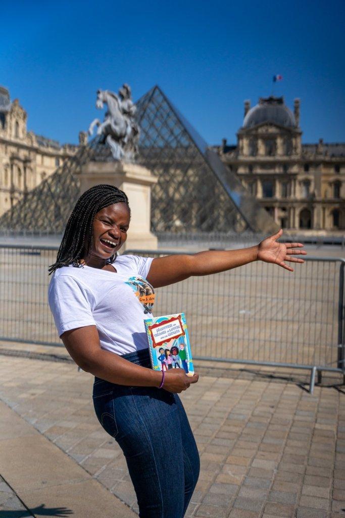 Pascaline devant le Louvre