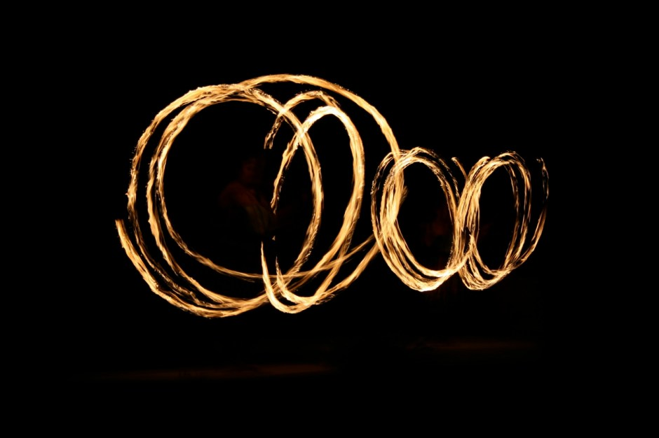 Long_exposure_shot_of_fire_poi_ball_dance